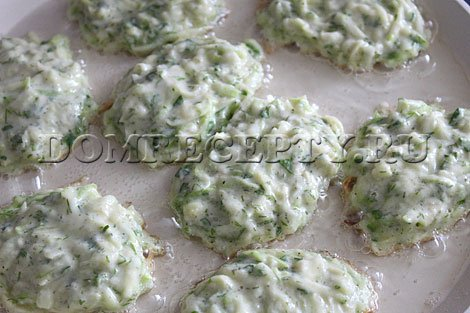 Шаг 4 - Выкладываем порции теста на разогретую сковородку