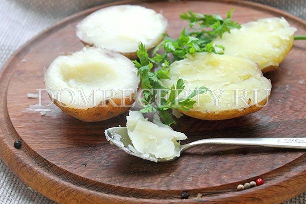 Из половинок картофеля вынимаем серединку