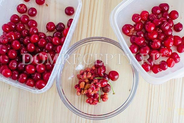 Вынимаем косточки из вишни