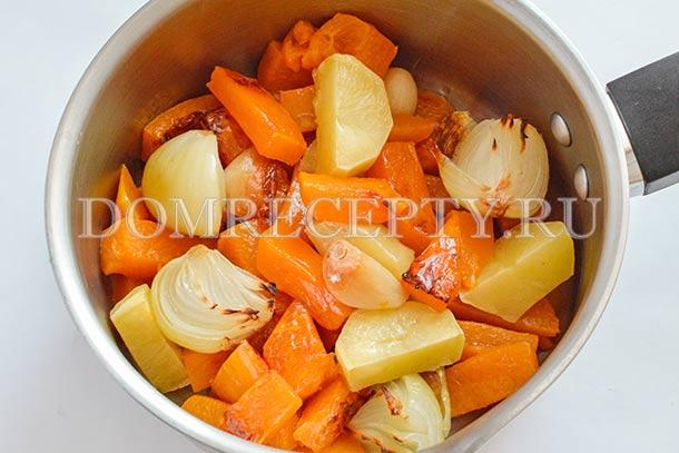 Выкладываем запеченные овощи в кастрюлю