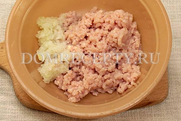 Прокручиваем через мясорубку лук и куриное мясо