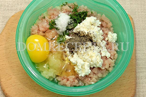 Добавляем приправы и яйцо