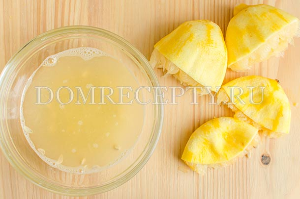 Выжимаем лимонный сок