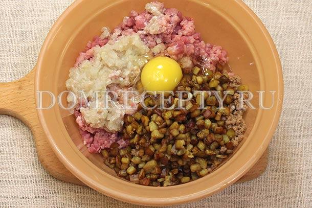 Добавляем баклажаны и яйцо