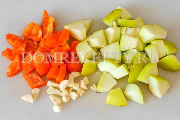 Нарезаем яблоко, перец и чеснок