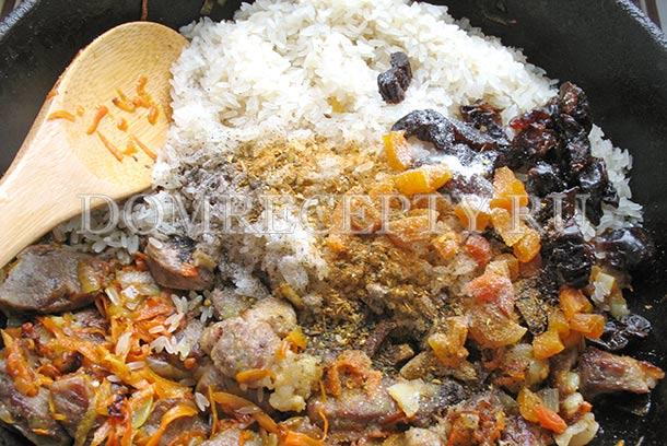 Добавляем промытый рис и специи