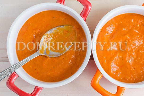 Выкладываем овощной соус в формы