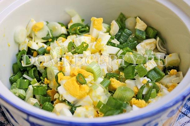 Смешиваем яйца с зеленым луком