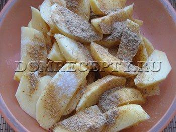 Шаг 4 - Нарезаем картофель, посыпаем пряностями