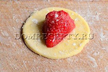 Шаг 4 - Укладываем ягоду клубники