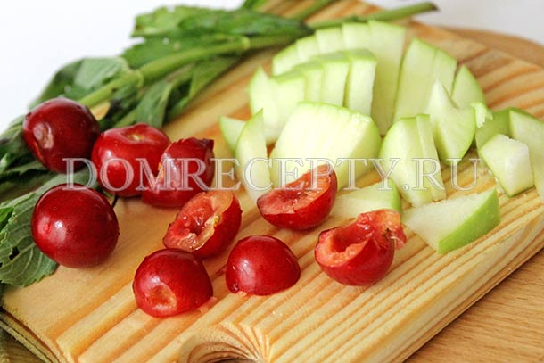 Нарезаем яблоки и вишню для начинки пирога