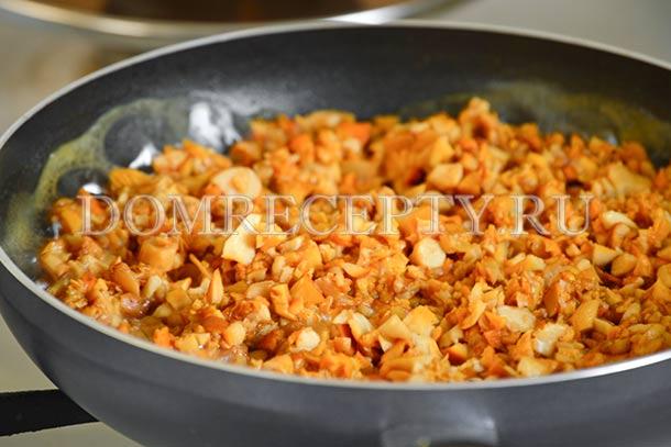 Добавляем на сковороду растительное масло