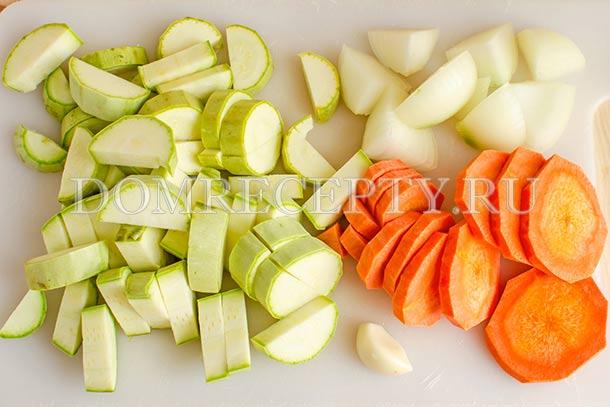 Нарезаем кабачок, лук и морковь