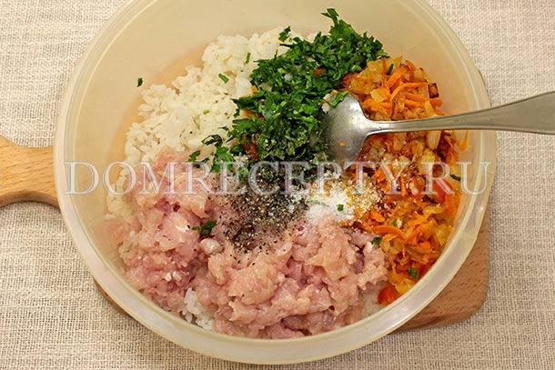 Соединяем куриный фарш, рис и овощную поджарку