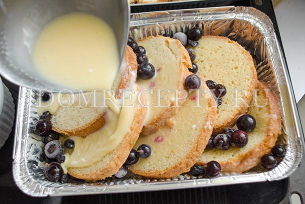 Заливаем яичной смесью хлеб
