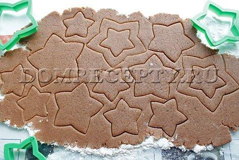 Вырезаем печенье из раскатанного теста