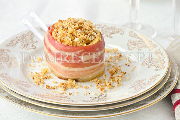 Яблоки с сельдереем, запеченные в беконе