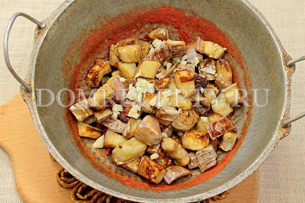 Перекладываем баклажаны в томатный соус