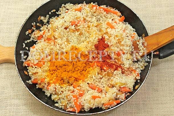 Добавляем к овощам рис и специи