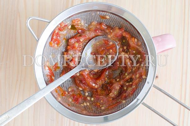 Протираем томатную массу через сито