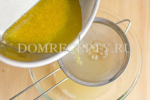 Процеживаем лимонный сок и сироп