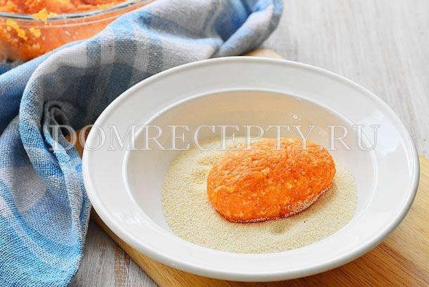 Формируем из морковного фарша котлеты