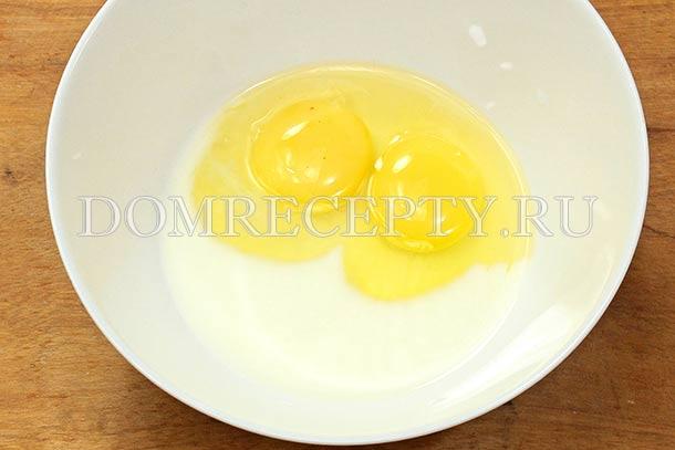 Вливаем к яйцам молоко