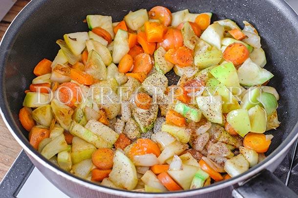 Добавляем нарезанные ингредиенты в сковороду
