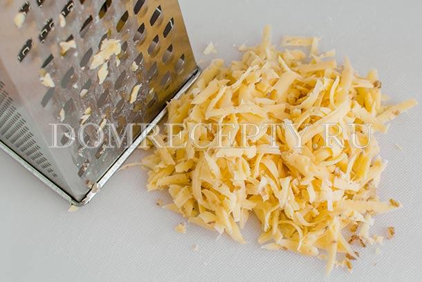 Крупно натираем сыр