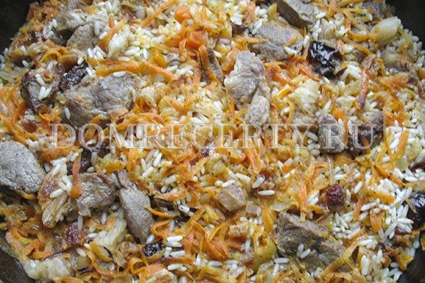 Оставляем рис на час-полтора пропитываться жиром