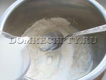Шаг 5 - Помешивая, заливаем муку молоком