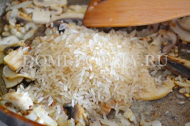 Добавляем на сковороду рис