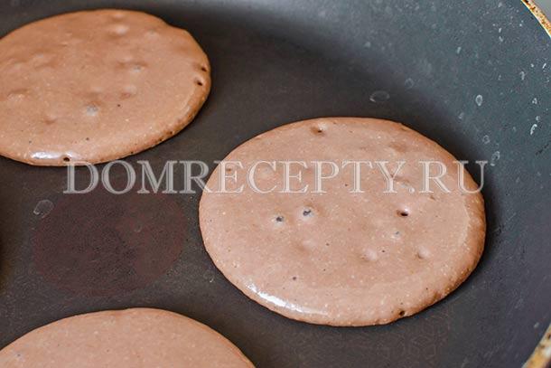 Столовой ложкой выкладываем тесто на сковороду