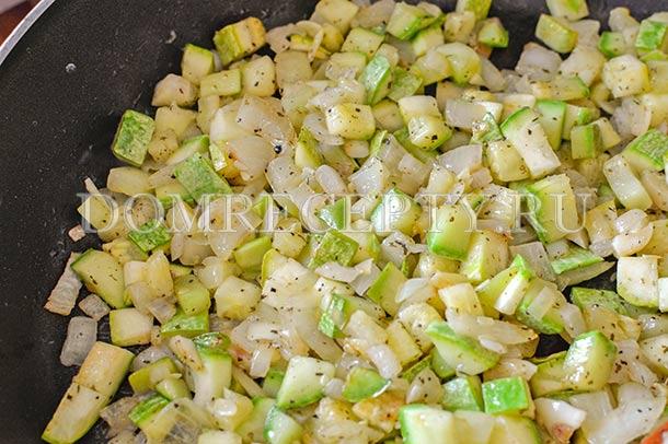 Обжариваем до мягкости овощей