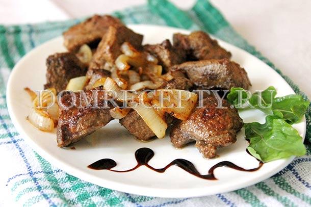 Свиная печень, жареная с луком на сковороде