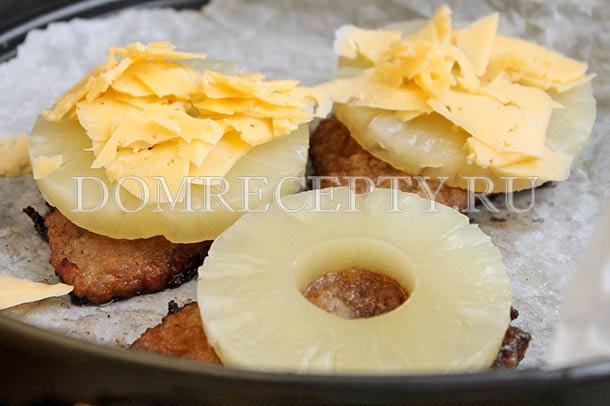 Выкладываем на свинину ананасы и сыр