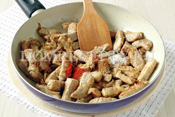Добавляем специи и соль