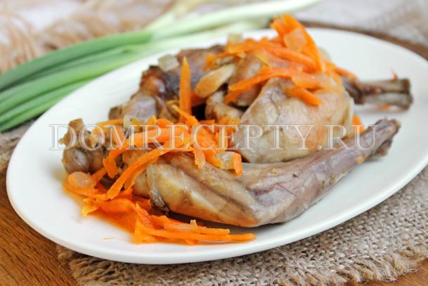 Кролик, тушеный с морковью и луком