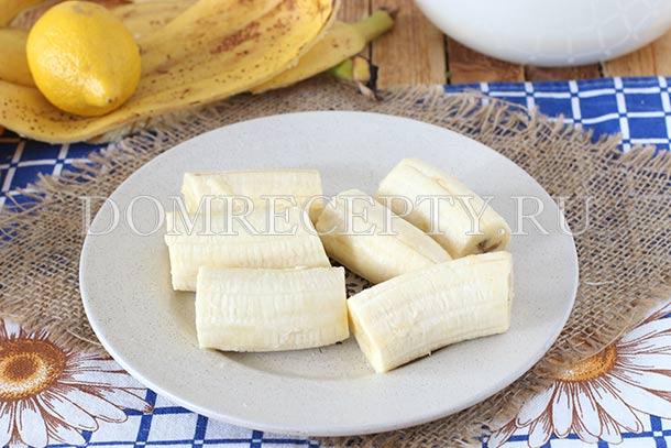 Нарезаем очищенные бананы