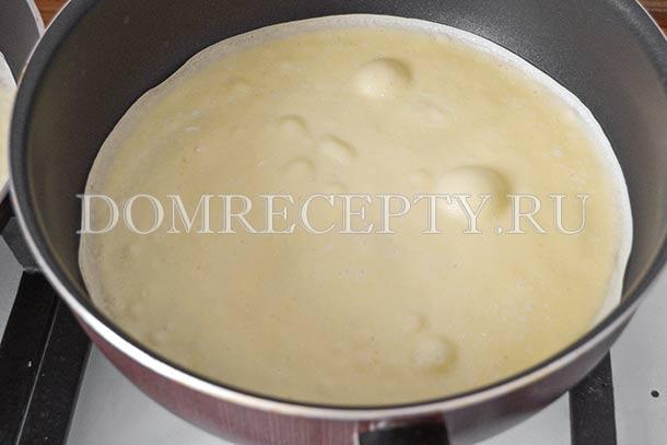 Наливаем тесто на сковороду