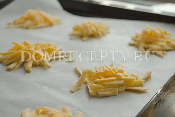 Выкладываем горки сыра на противень