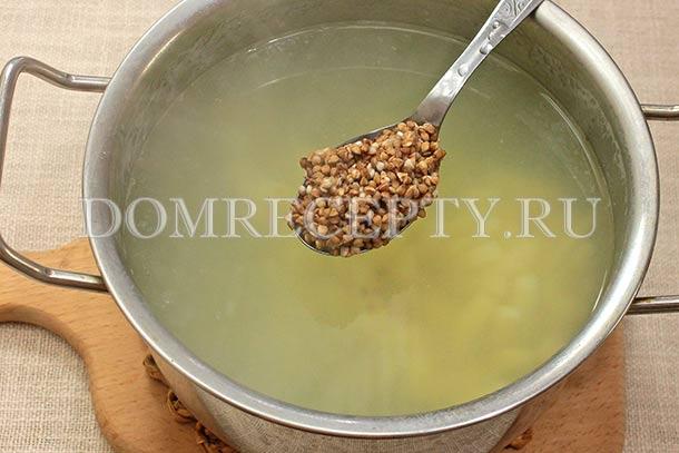 Добавляем к картофелю промытую гречку