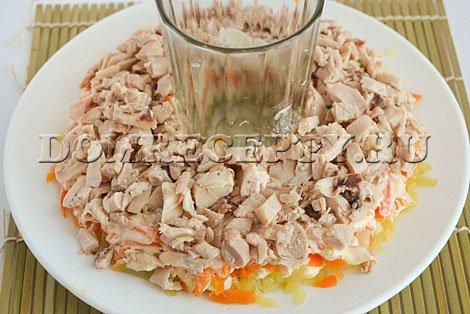 Укладываем нарезанное куриное мясо
