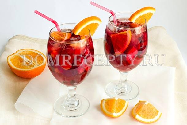 Сангрия с клубникой, персиком и апельсином