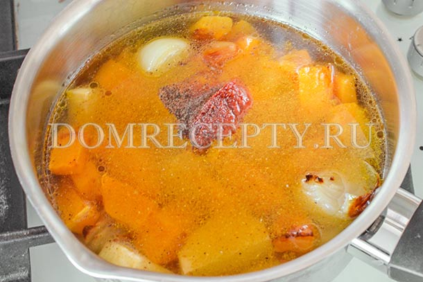 Добавляем специи и томатную пасту
