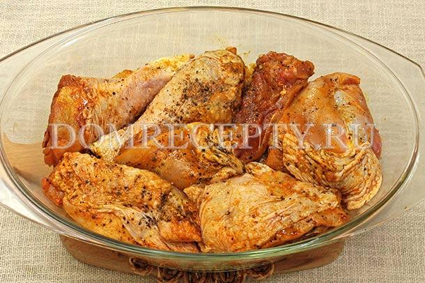 Укладываем рис с овощами и курицу в форму для запекания