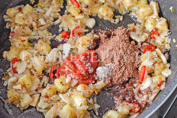 Добавляем томатную пасту, какао и соль