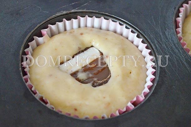 Укладываем половинки конфет в тесто