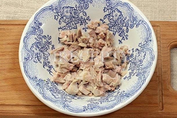 Нарезаем вареное куриное мясо