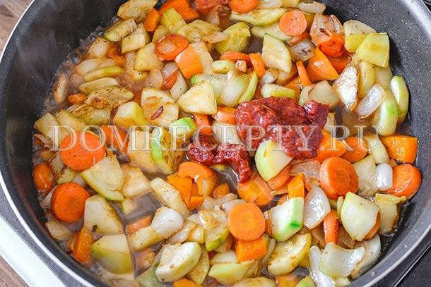 Добавляем воду, уксус и томатную пасту